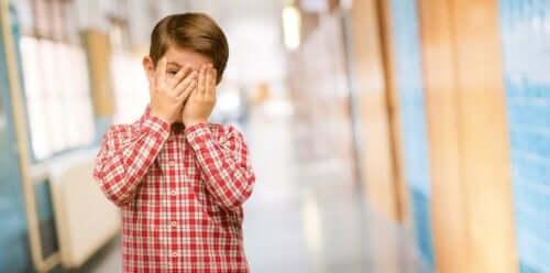 Chłopiec się wstydzi