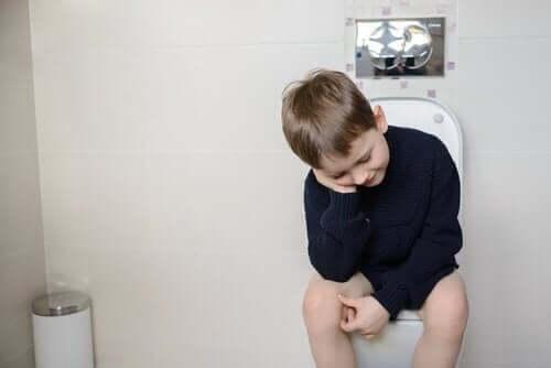 Chłopiec na toalecie