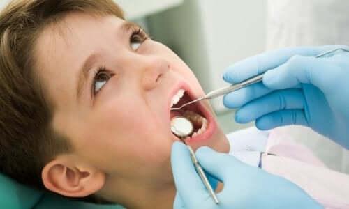 Chłopiec u dentysty