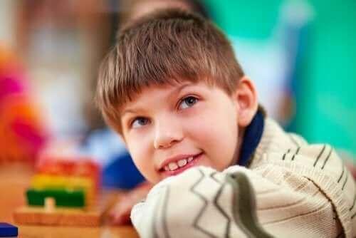 Chłopiec ze spektrum autyzmu