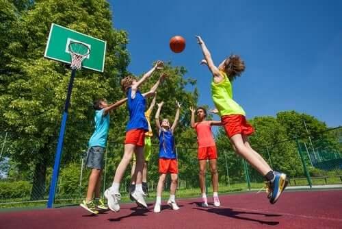 Dzieci grające w koszykówkę