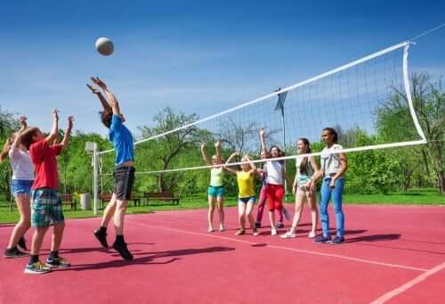 Dzieci grające w siatkówkę