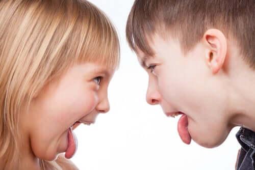 Dzieci pokazujące sobie język
