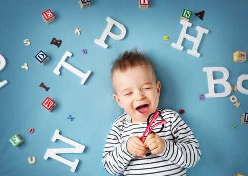 Rozwój języka u niemowląt: zobacz jak przebiega