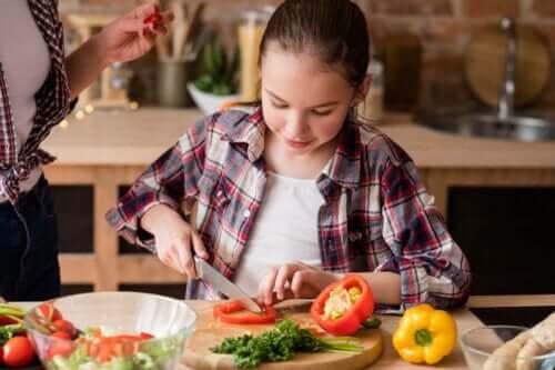 Dziewczynka kroi warzywa