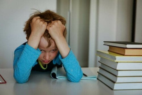 Chłopiec czyta - chęć rozwoju