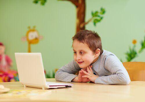 Dziecko ze specjalnymi potrzebami przed komputerem