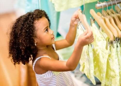 Dziewczynka oglądająca ubrania