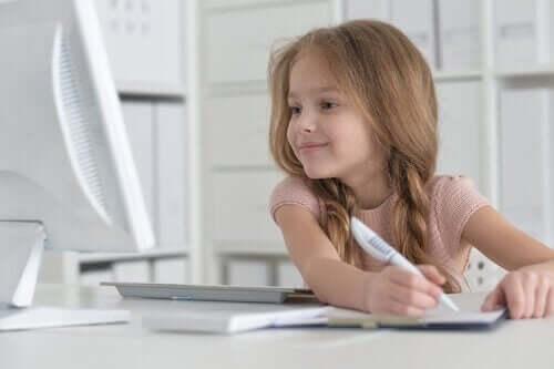 Dziewczynka uczy się