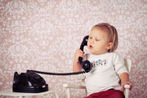 Dziewczynka mówiąca przez telefon
