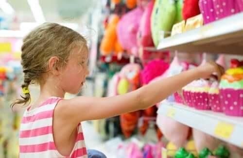 Dziewczynka w sklepie z zabawkami