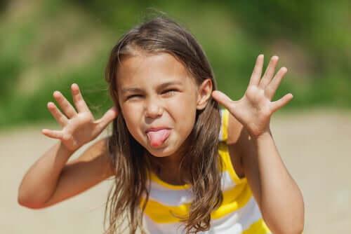 Wyśmiewanie się z innych jest złe: naucz tego dziecko