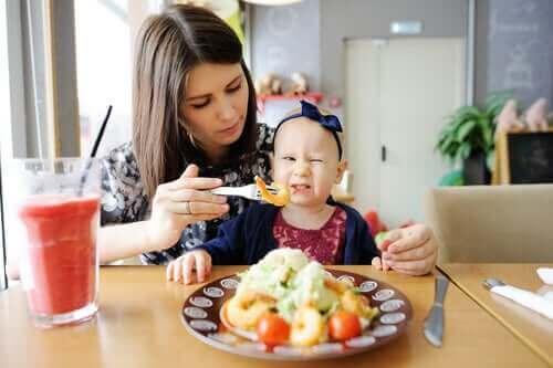 Mama karmiąca dziecko - jak pomóc dziecku dobrze jeść?