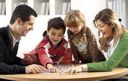 rodzina wokół stołu