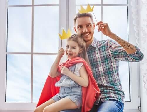 Tata i córka w papierowych koronach