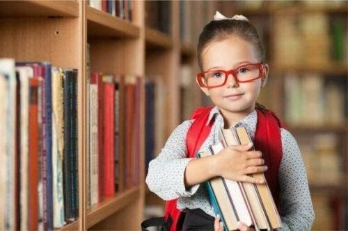 Dziecko z książkami