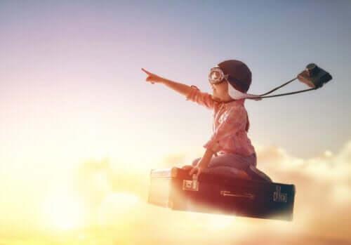 Dziecko lecące na walizce