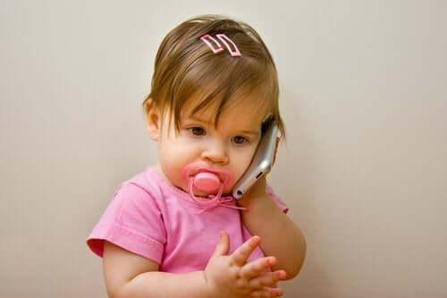 Dziewczynka rozmawiająca przez telefon