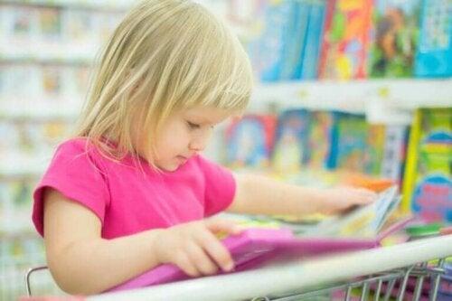 Dziecko czyta książki