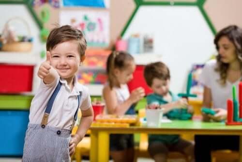 Zadowolony chłopiec w przedszkolu