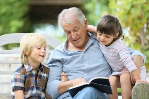 Dziadek czytający wnukom bajki Gianniego Rodari