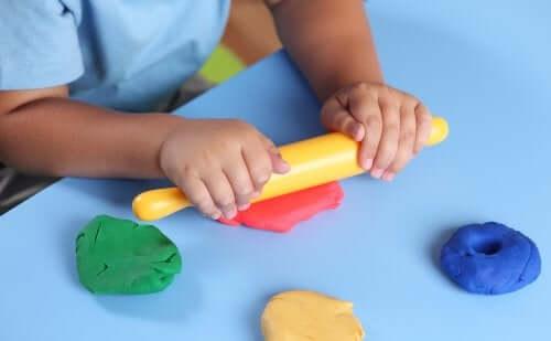 Rozwój stymulacji dotykowej: 5 ciekawych zabaw