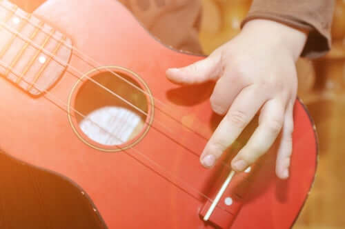 Dziecko z gitarą