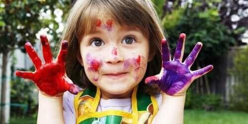 Dziewczynka malująca palcami