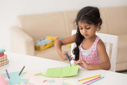 Dziewczynka tnąca papier