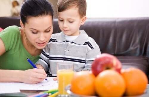 Mama pomagająca synowi w pracy domowej