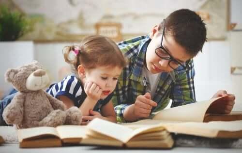 Rodzeństwo czytające książki