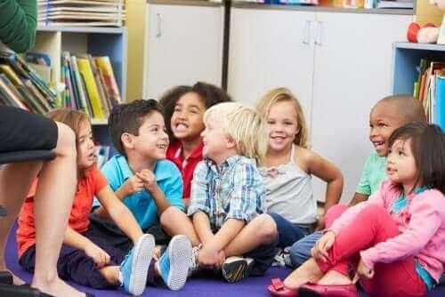 Dzieci siedzące na podłodze