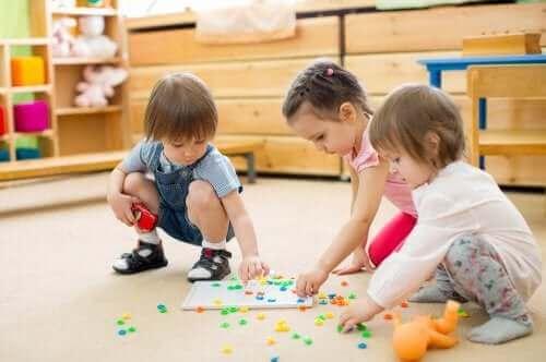 Dzieci układające puzzle - zabawy rozwijające umiejętności