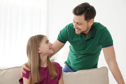 Ojciec rozmawiający z córką