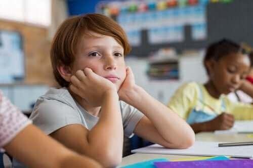 Smutny chłopiec w ławce - syndrom powakacyjny