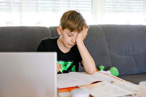 Zmęczony nauką chłopiec