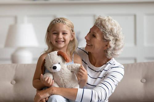 Babcia bawiąca się z wnuczką