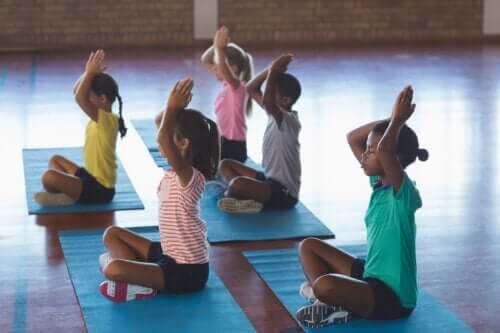 Joga w klasie: podstawowe wskazówki i korzyści