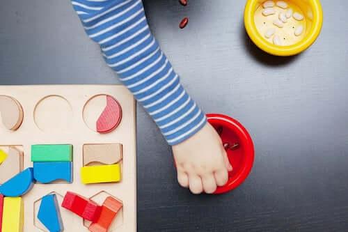 Dziecko bawiące się fasolkami