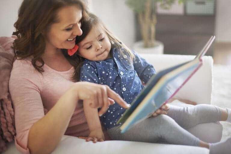 Mama czytająca córce - wartość edukacyjna opowiadań dla dzieci
