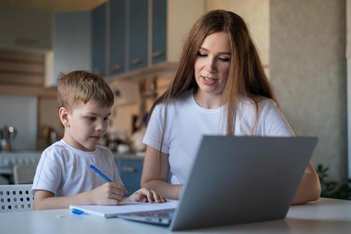 Mama z synem przy komputerze