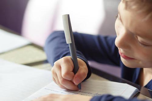 Piszący chłopiec