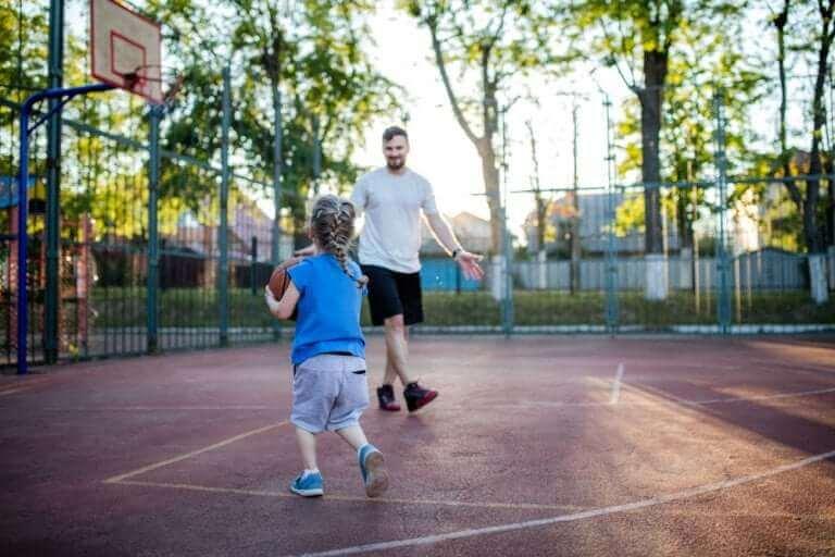 Tata grający w koszykówkę z córką