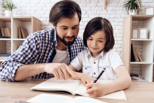 Tata pomaga w lekcjach