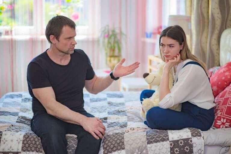 Tata rozmawiający z córką - jak poprawić zachowanie nastolatka?