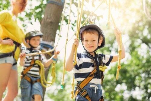 Dzieci w parku linowym