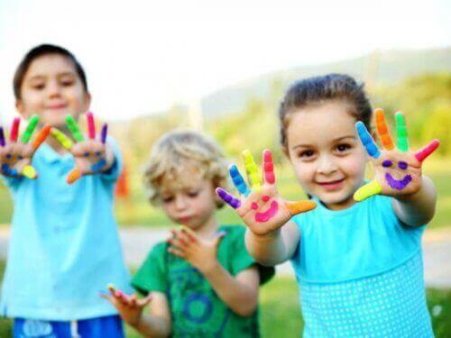Dzieci z pomalowanymi dłońmi