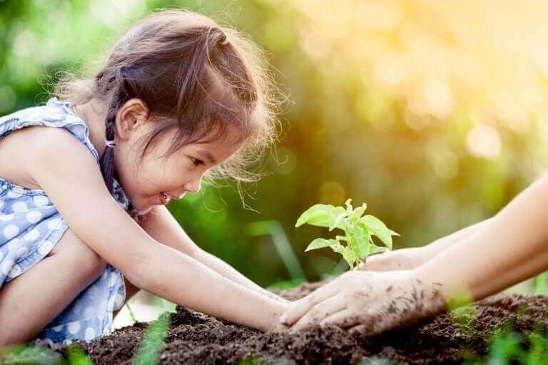 Dziewczynka sadząca roślinę - nauczanie empiryczne