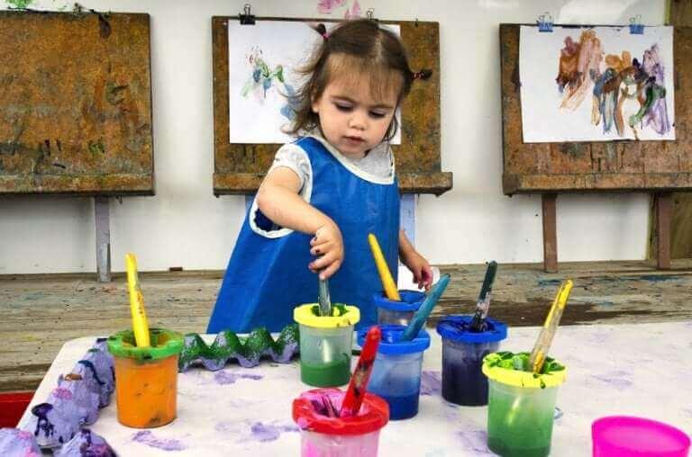 Malująca dziewczynka - jak rozbudzić w dziecku talent artystyczny?