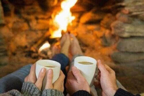Wspólne picie kawy przy ognisku